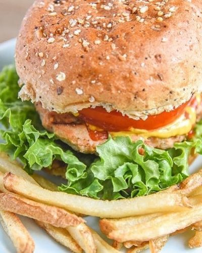 Simple backyard ground chicken burger recipe! This grilled chicken burger recipe is full of flavor and some veggie too. Great recipe for parties and entertaining